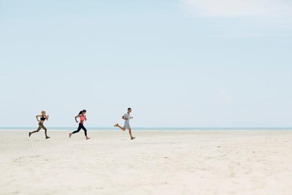 Snel weer lekker sporten met fysiotherapie in Tilburg, drie joggers rennen over het strand.