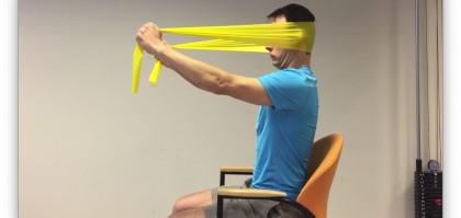 Sterkere nekspieren door fysiotherapie oefening met elastische band.
