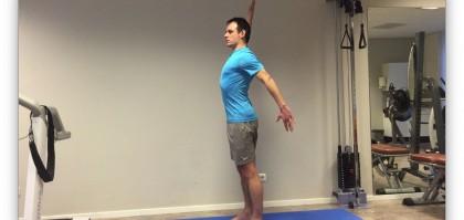 Fysiotherapie oefening waarbij je de nek en bovenrug strekt.